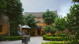 внутренний двор монастыря где занимаются кунг-фу монахи