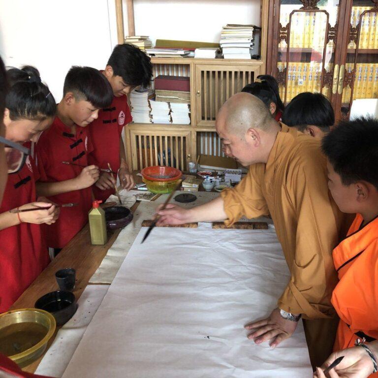 ученики школы мастера ши янчена начинают занятие каллиграфией