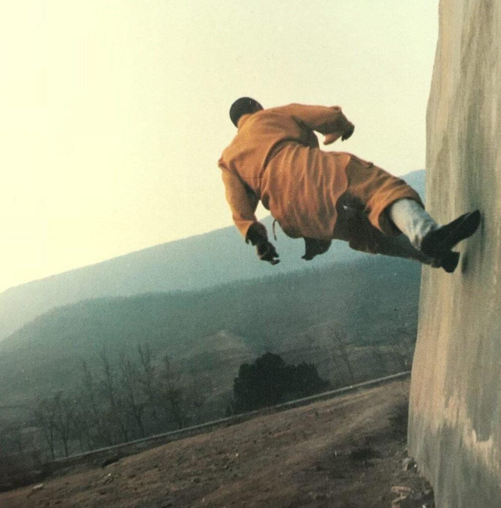 Тренировка шаолиньское кунг-фу монах бежит по стене