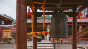 колокол в храме baitusi в городе сюйчан